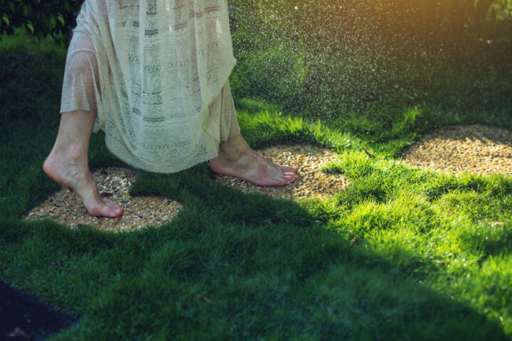 Ходить по гальке, траве босиком
